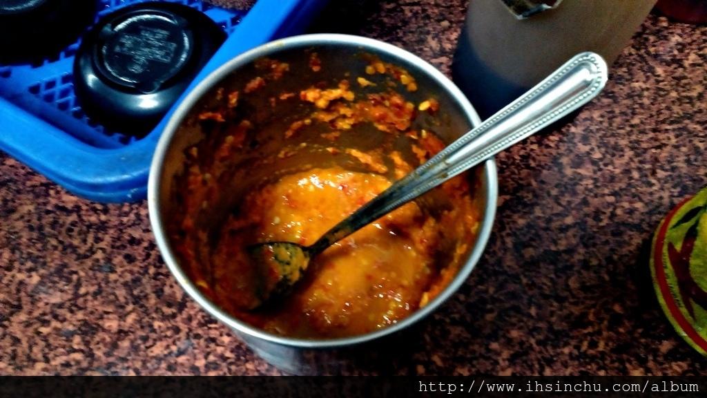 冬天吃幾口沾上橘黃色辣椒醬的蘿蔔糕,立刻額頭冒汗,因為真的太辣了,辣得太爽了。