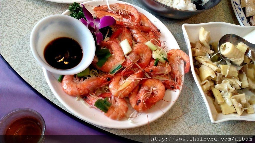 白灼鮮白蝦,這道菜一上來,大家立刻有疑問,為什麼蝦子是白色的啊?