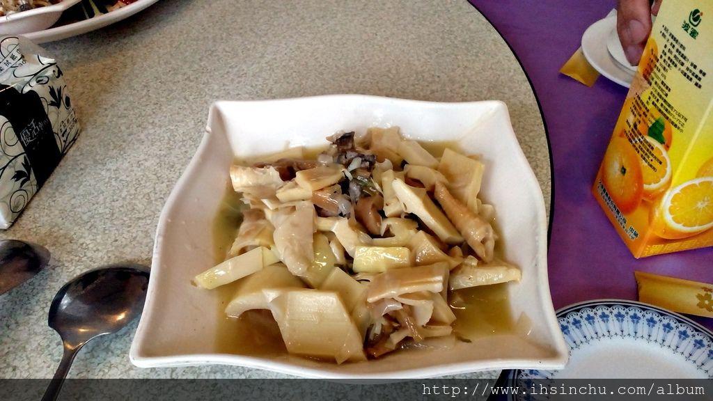 第二道典型的客家名菜客家悶筍,脆脆QQ好好吃,大家有如蝗蟲過境,這盤菜一上桌立刻掃購一空,後來才後悔,原來越後面越好吃!