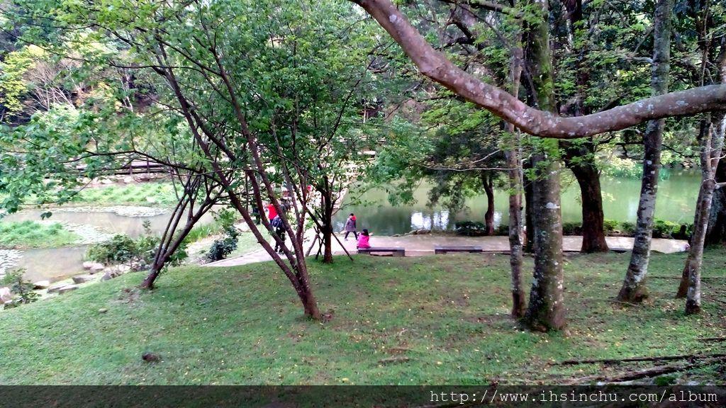 擁有北臺灣最大梅園的角板山行館種植的梅花園,梅花盛開時間自每年的元月底止喔! 因地勢關係,此季節山區水氣足,氣溫降低,形成雲霧繚繞,仙氣彌漫景象,將園區妝點出嬌羞又幽靜的景致。