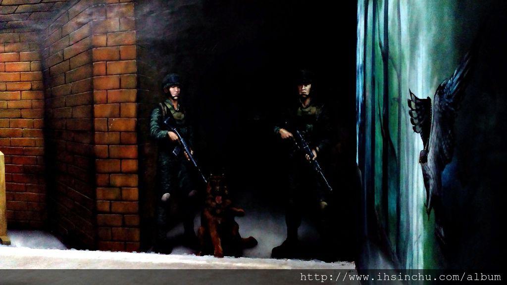 角板山行館內的地下室有一「神秘避難隧道」,長80公尺、寬4公尺、高3公尺,當年做為蔣介石緊急避難之用。隧道開放參觀後,隧道牆壁彩繪了泰雅風味的圖騰,成為吸引遊客的景點之一。
