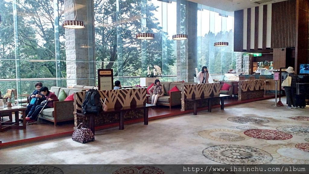 現代館大廳左側如下圖是咖啡廳,有寬敞舒適的沙發,緊鄰著高大樹木也許可愛的小松鼠會與您共享美味哦! 廳內另有販售當日手工現做麵包及蛋糕。 價格:最低消費每人120元, 人數:室內28人, 戶外36人 開放時間:11:00am~22:00pm