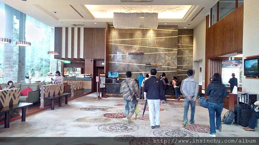 走進阿里山賓館新館,展現在眼前的是寬廣富麗的大廳,旁邊有整片落地窗,遊客可以舒服地坐在大廳享受窗外美麗的風景。