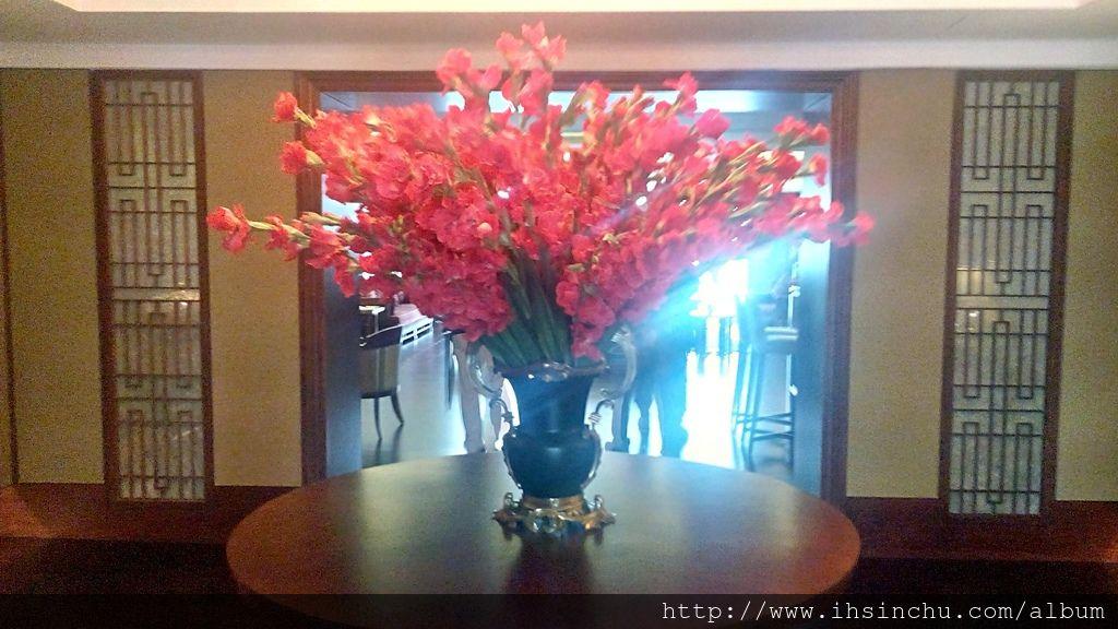 來看看阿里山賓館總統套房長得如何,進門口擺放一盆大大紅色鮮花,象徵入住主人雍容華貴的氣質。