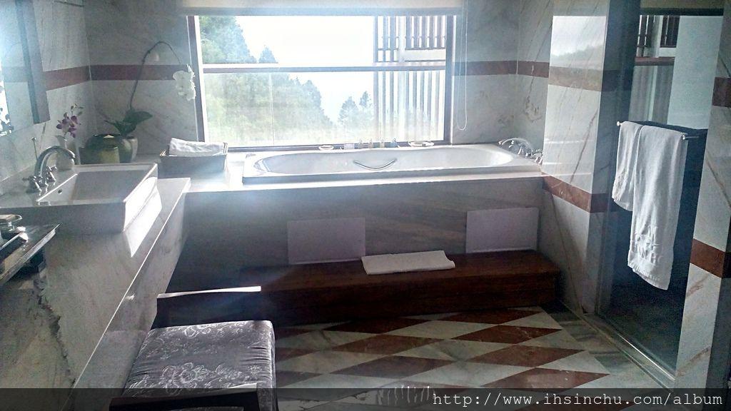 泡在總統套房的按摩浴缸,欣賞阿里山的晚霞,國寶級的景色就在眼前,超級享受。