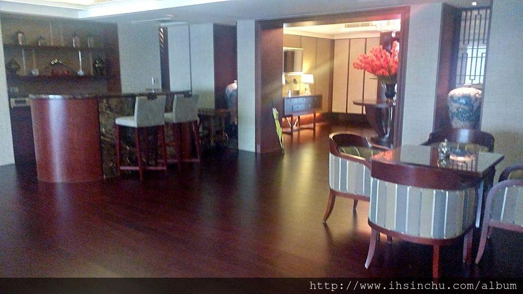 總統套房總共137.5坪超大的空間,裡頭有三間房間,還有會議室、餐廳,吧台、無敵山景的陽台,各種設備一應俱全。