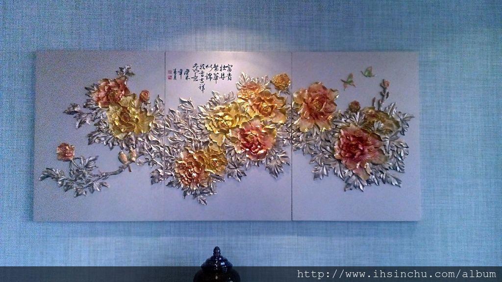 阿里山賓館總統套房的主臥室牆上掛著金色富貴牡丹圖