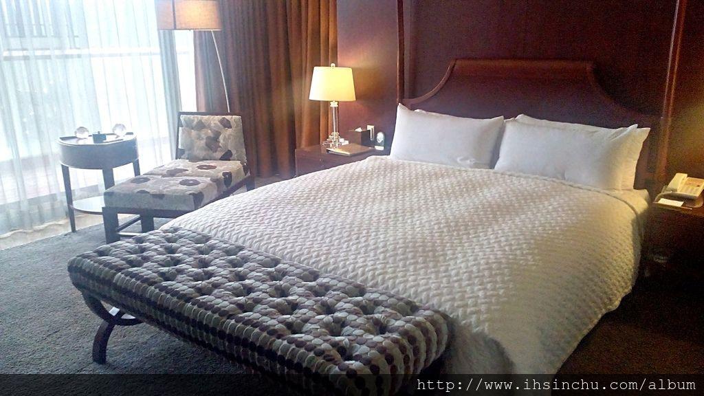 總統套房只有兩間房間,一間主臥室,一間公主房