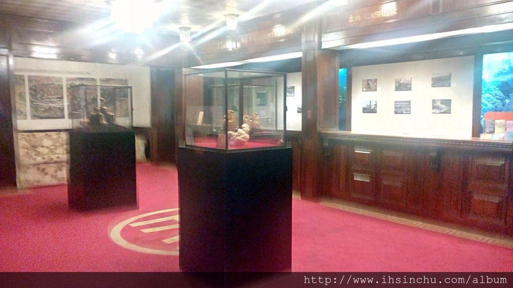 阿里山賓館歷史館六樓保留全台僅有的百年檜木櫃檯,懷舊味十足的大廳,彷彿走進時空隧道回到50年代光景,體會前所未有的新奇感受。