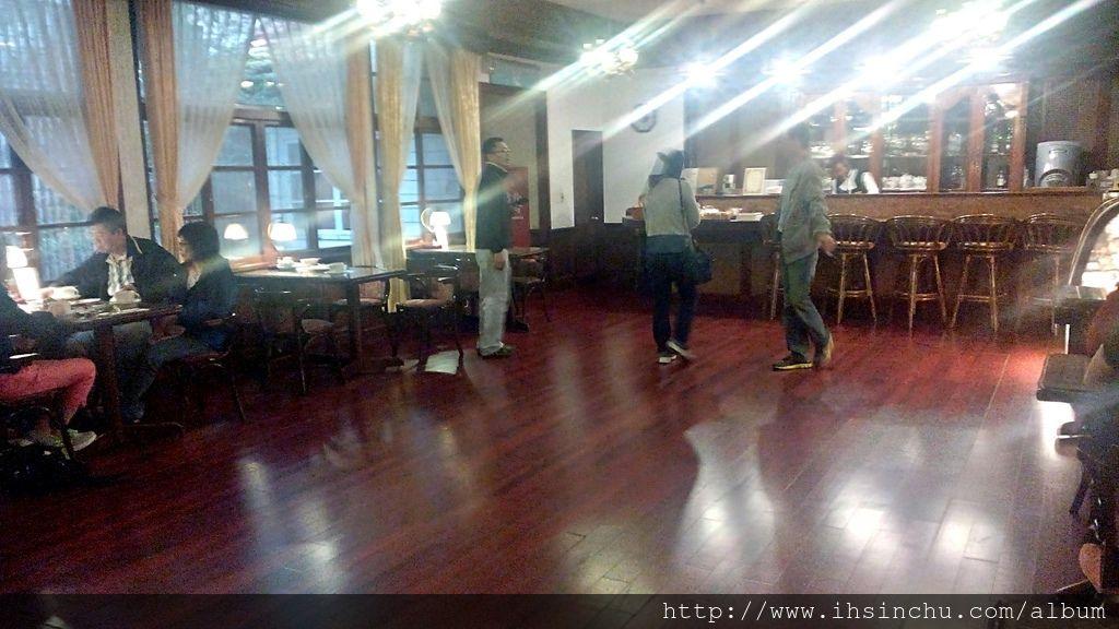 阿里山賓館歷史館最有名的就是50年代咖啡廳,古樸典雅的50年代大舞廳,保留了百年歷史的古蹟裝飾,收藏了古早時代的收音機音響器材,讓大家在喝咖啡的同時,陶醉在舊時夜上海情境。