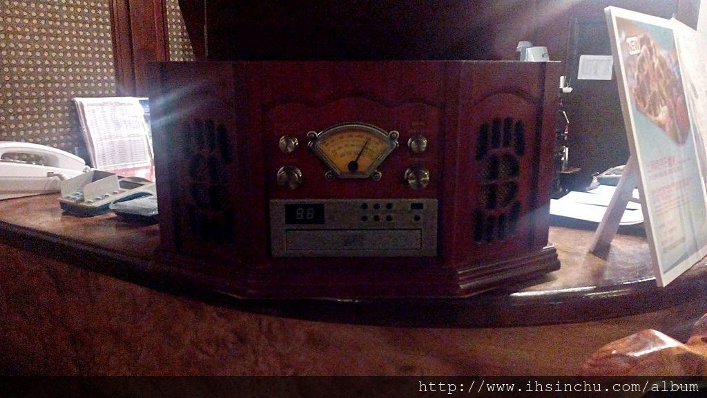50年代咖啡廳收藏了古早時代的收音機音響器材