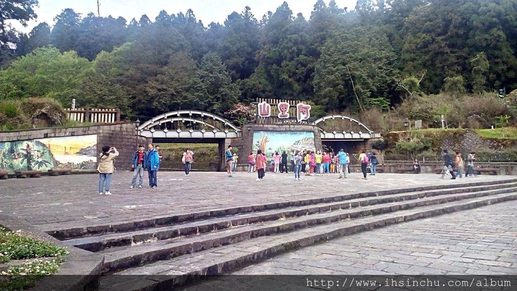 阿里山位於嘉義縣境,為東南亞最高峰玉山的支脈,也是世界觀光客來台灣必遊景點之一,有九十多年歷史的阿里山森林鐵路是世界上僅存的三條高山鐵路之一,途經熱、暖、溫、寒四帶,景緻迥異,搭乘火車如同置身大自然博物館一般,阿里山森林鐵路更是阿里山五奇之首!