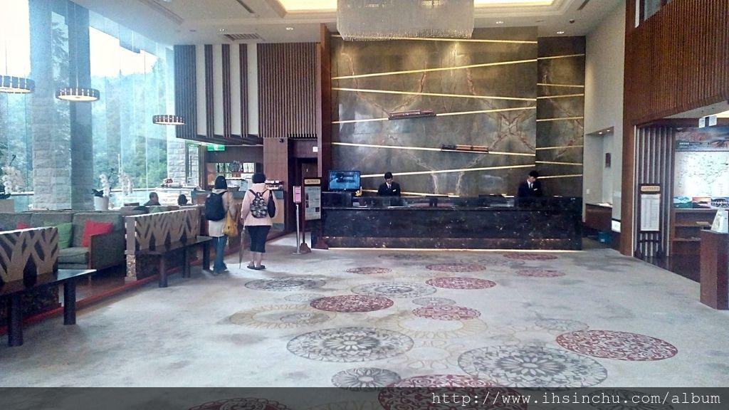 走進阿里山賓館新館,展現在眼前的是寬廣富麗的大廳,映入眼簾的是鄒族原住民心中之聖山-塔山聖景,彷彿森林圍繞身旁,旁邊有整片落地窗,遊客可以舒服地坐在大廳享受窗外美麗的風景。