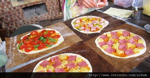 薪石窯菜單:千辛萬苦終於找到的新竹市區內的世外桃源,這裡最好玩就是可以自己手做DIY好吃PIZZA,自己體驗親手做PIZZA,送進窯去烤,自己做的當然也是最好吃的啦。