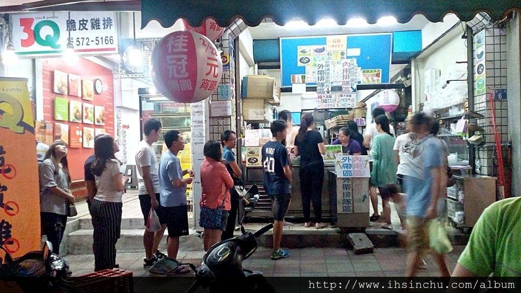 要排隊等半天才吃得到新竹美食,通常剛開幕要排隊是正常,但是開了幾年後還要排隊,這表示這家美食小吃店真的有過人之處