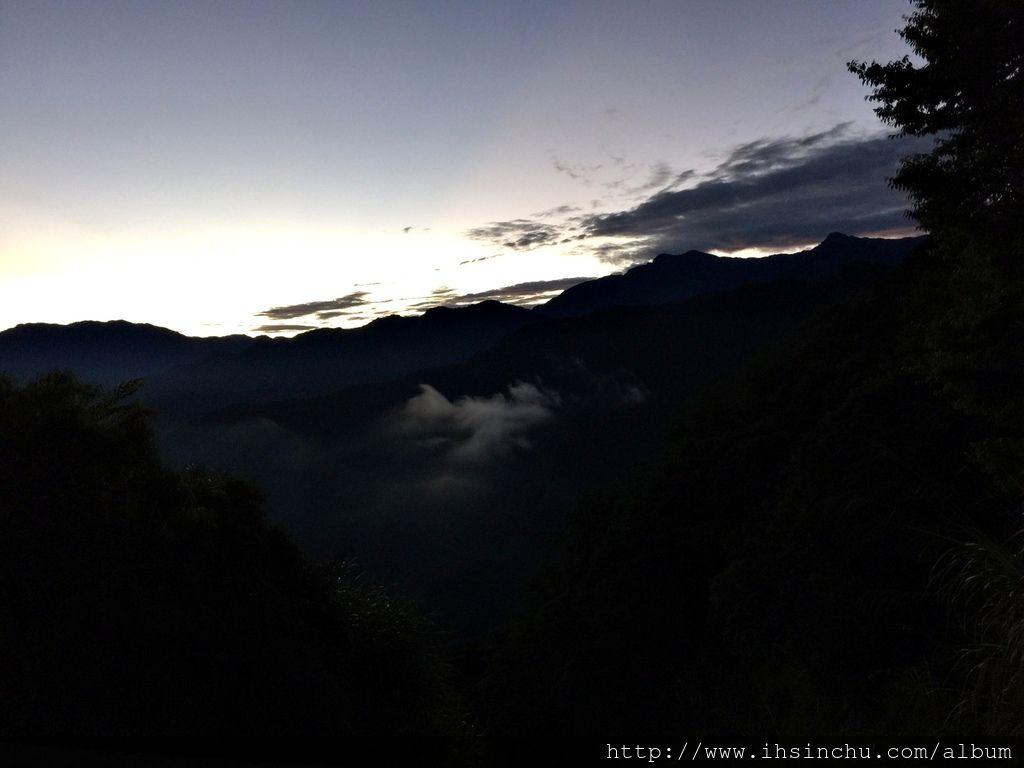 時間還有點早,天空還黑黑的。據說來阿里山看日出,因為氣候變化不定的關係,能看到日出的機率不到1/3,今天看起來有機會看得到喔。要有耐心, .... 等。