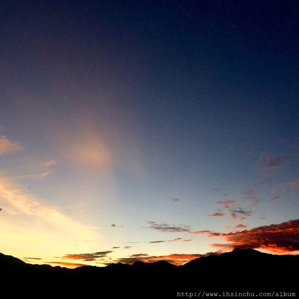 天越來越亮了,阿里山日出快出來了,好期待喔。