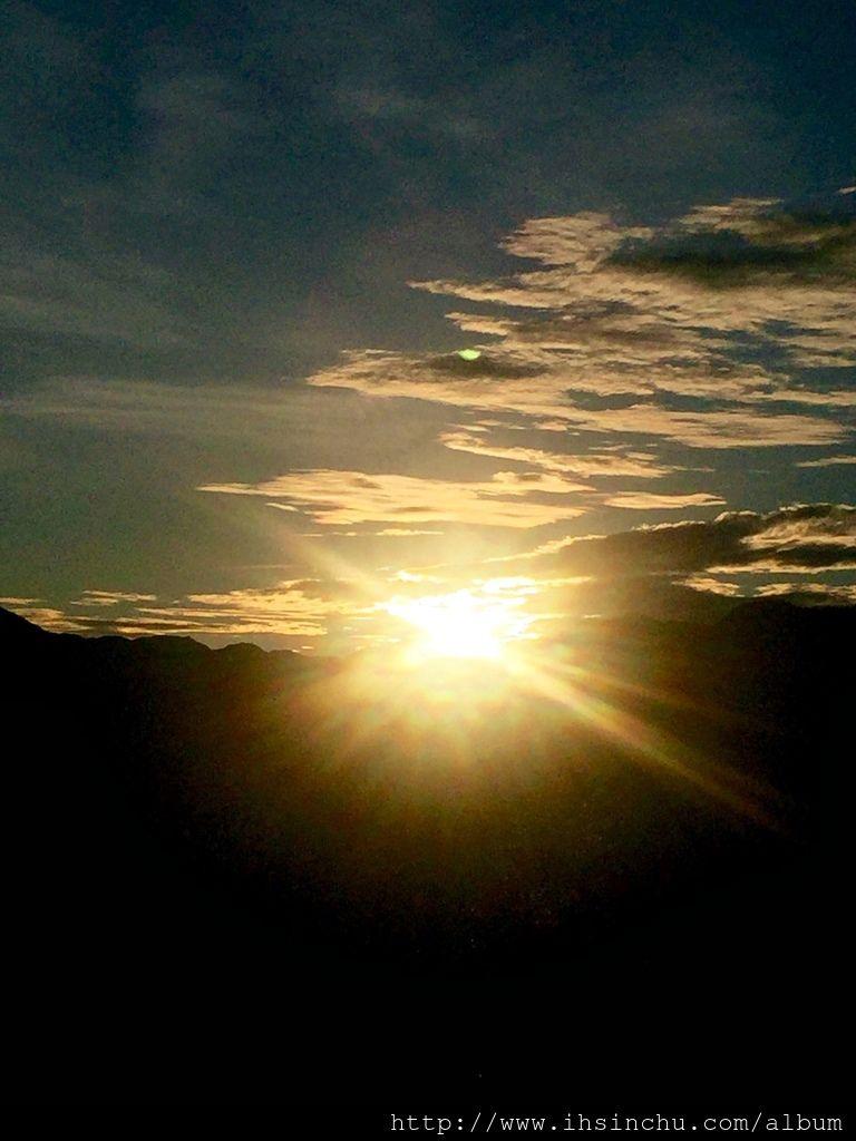 大家一陣驚呼,太陽出來了,太陽像個金蛋一樣,緩緩的從山頭升上來,慢慢霞光萬丈呈現在眼前,在短短不到一分鐘就整個跳出來,金芒萬丈讓人無法逼視。