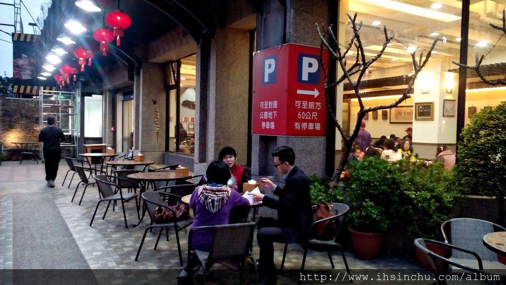 十一街外面還提供類似咖啡座優雅的用餐環境,來十一街吃飯,好像有出國在路邊咖啡店喝咖啡的感覺。