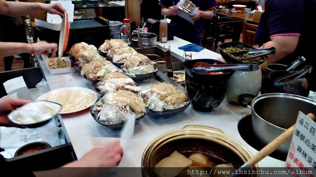 十一街麵食館最大最大缺點就是小菜價格太貴了,幾乎都是50元起跳,這個價錢在許多新竹餐廳都可以點餐或買一個便當了,小菜通常都是餐廳最賺錢的附加品,各大餐廳都有各式小菜提供給大家選擇增加營收,11街的小菜蠻好吃的,但因為價錢貴,因此很少人點,記得幾年前不是這樣的,幾年前去十一街吃飯,幾乎每位顧客都拿一堆小菜。小菜成本低,要薄利才能多銷阿,消費者的算盤可是很精的。