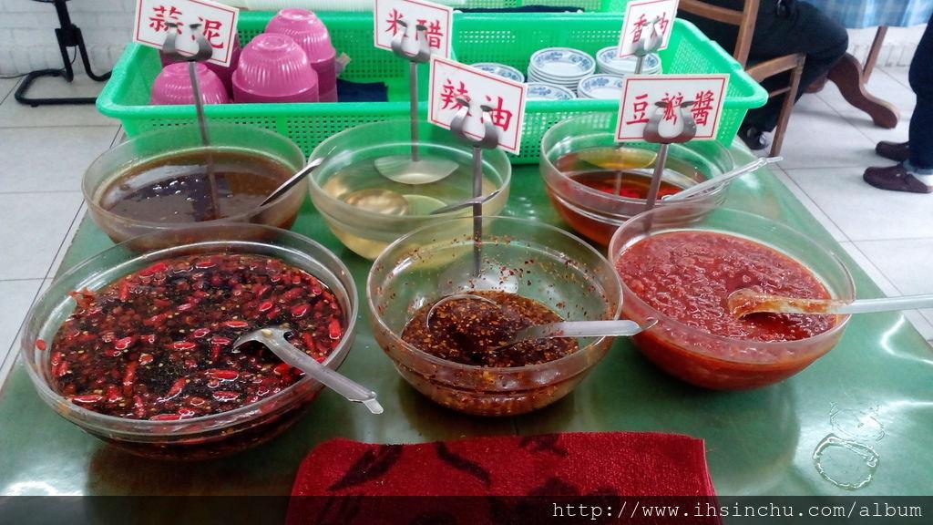 竹東包SIR水餃的醬料有:香油、米醋、蒜泥、辣油、豆瓣醬及辣椒醬油。