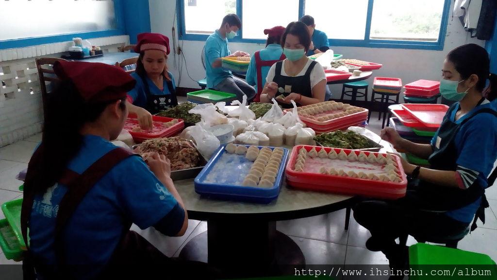 新竹美食因為太多人來吃水餃了,一堆人拼命的包呀包,一顆一顆手工包出來的水餃打造了竹東水餃的傳奇,誰知盤中餐,粒粒皆辛苦。感謝這些幕後英雄,才有這麼好吃的水餃。