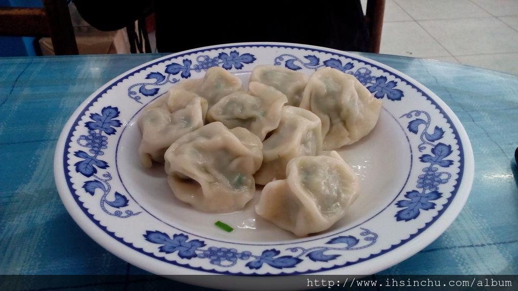 新竹美食竹東包SIR水餃皮使用的厚厚的麵皮,咬起來相當有口感,裡面的內餡包的的肉肉也非常飽滿扎實,一口咬下去,無論是口感及咬感都有了,真的蠻不錯吃的喔。
