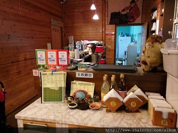 塔那TANA簡餐咖啡餐廳唯一可取的地方是這家餐廳的裝潢都非常高檔,都是實木食材,隔音隔離手機訊號都非常好。