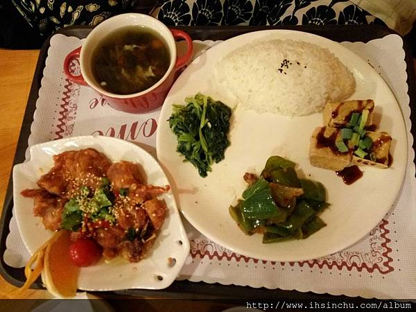 """塔那TANA簡餐咖啡的雲南椒麻雞簡餐如上圖,真的非常非常""""減"""",幾片菜葉、三塊豆腐,幾塊雞肉及一碗飯,小學生都吃不飽的兒童簡餐,價錢$350元。"""