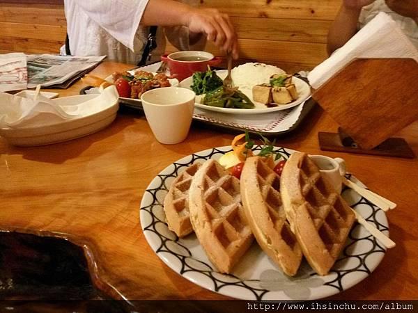 塔那TANA簡餐咖啡四片小小小鬆餅價錢$170元,推薦去新竹吃排隊美食段純真牛肉麵,只要$150元左右,料好實在超好吃還吃超飽的。
