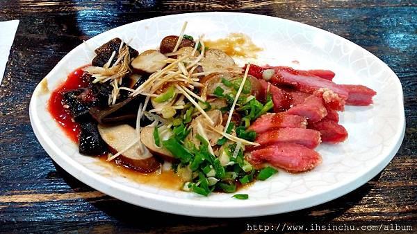 排骨酥麵裡面的排骨很嫩很容易咬,通常排骨上軟骨都可以吃下去,小菜也不錯吃。