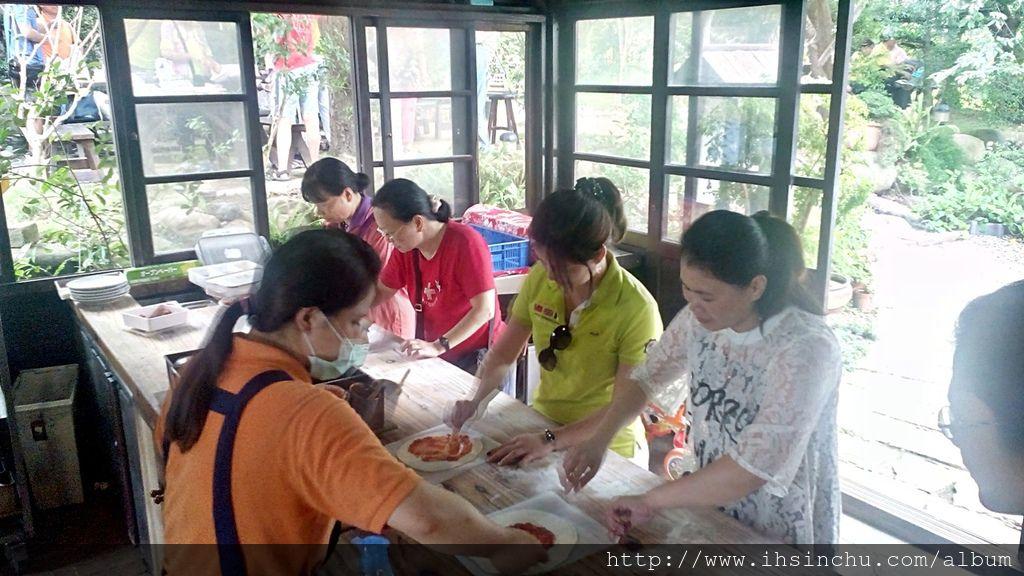 戴慧欣從事營造業的丈夫許禮瑩,為了幫老婆一圓夢想,在新竹交界的水利路農地上,特地建造了一座占地四百多坪的石窯,方便她造「窯」生事!就是現在看到的薪石窯柴燒麵包餐廳。