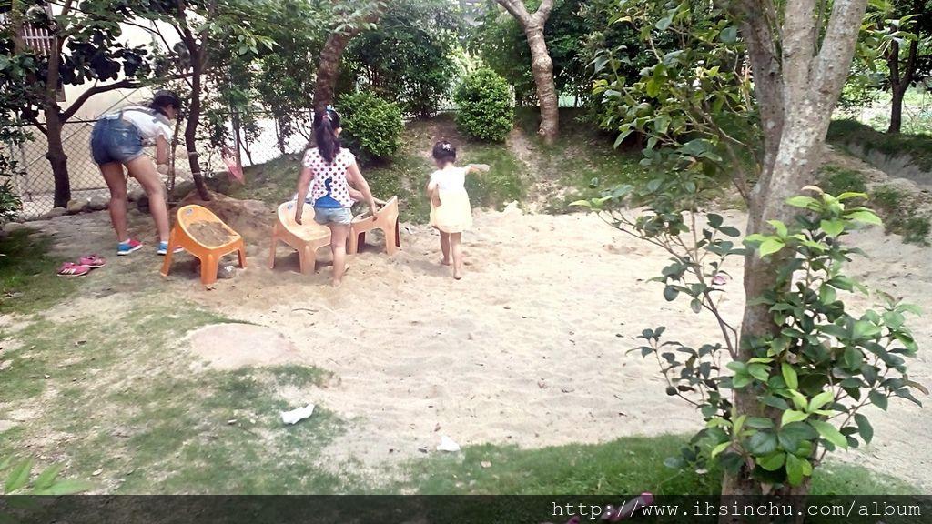 薪石窯門口有庭園,有沙坑,愛跑跑跳跳的小朋友絕對有足夠安全的空間用力去玩。