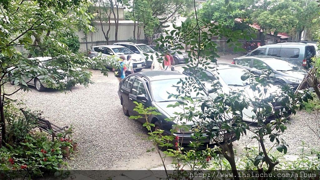 薪石窯備有開闊停車場,約可停十幾台車左右。