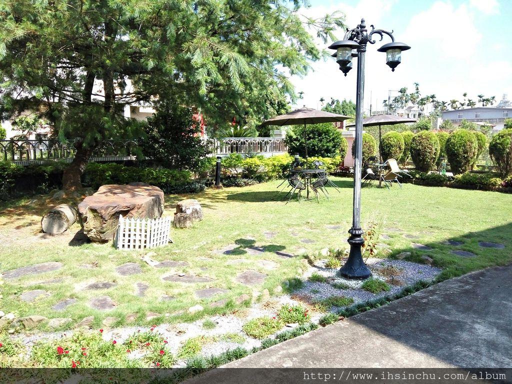 花鳥新村豪宅前面,主人巧具匠心的布置非常美的花園及停車場,栽種各式植物,連路燈都有創意喔。