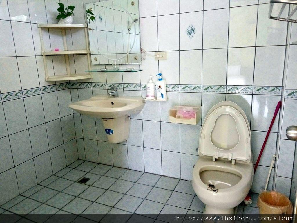 埔里花鳥新村的房間及廁所非常整潔,簡單一句評價就是空間大又乾淨,價錢平價又大碗住的又舒服,當然還有訊號超強的無線網路WIFI,主人又熱情好客,讓客人享受非常溫馨的一晚。
