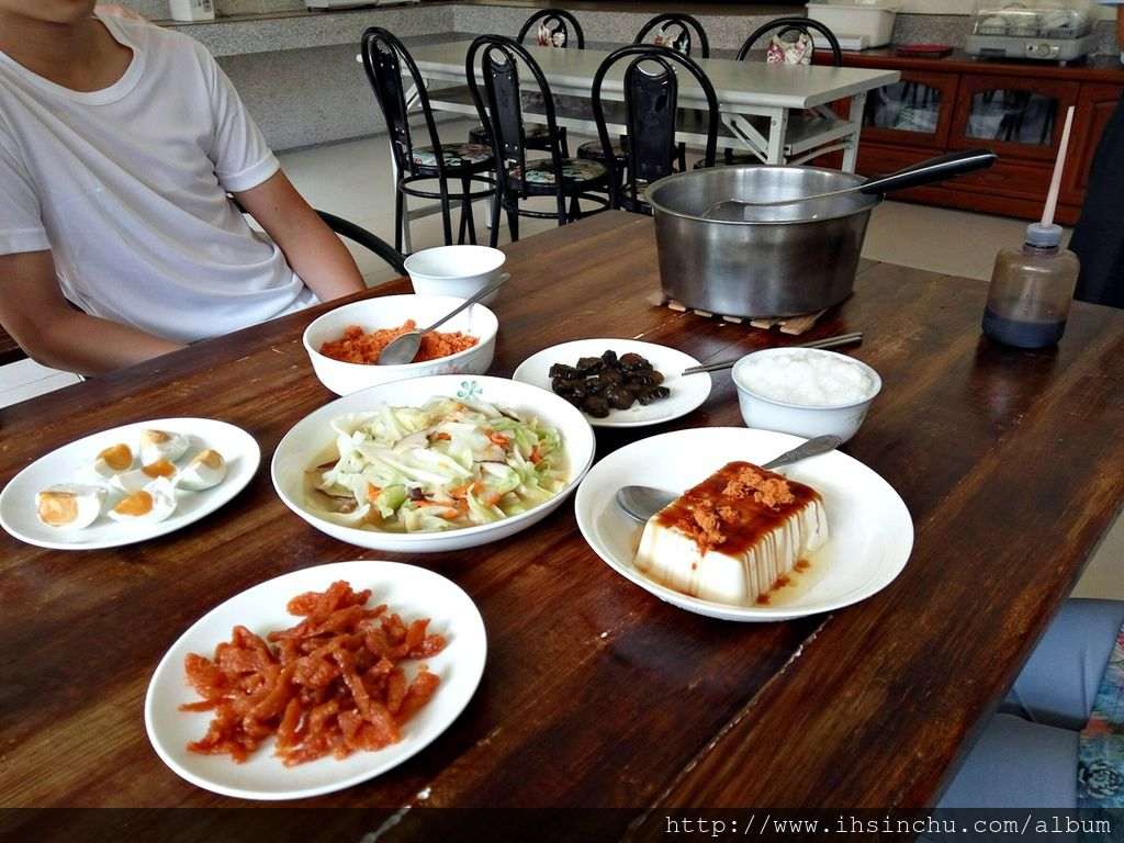 更值得一提的花鳥新村的免費早餐,傳統家鄉味的稀飯早餐,又豐盛又好吃,份量還無限供應,這家日月潭埔里民宿真的沒得挑剔的,下次有機會當然還會再來住。