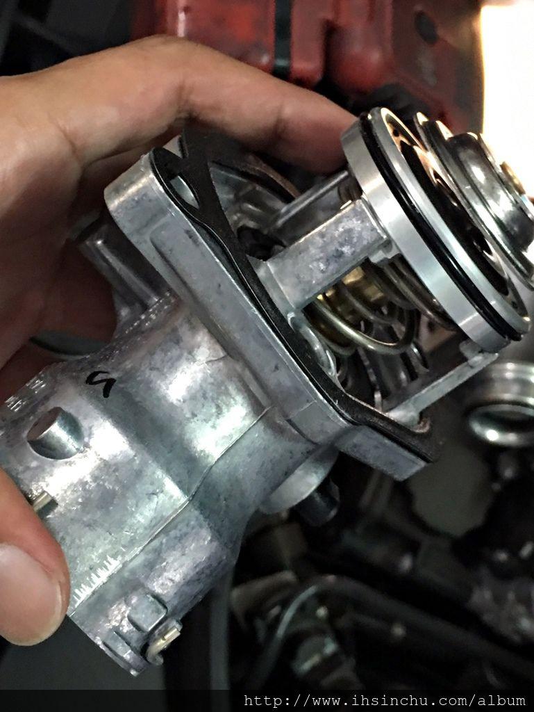 阿倫說:節溫器俗稱水龜,節溫器壞了就無法控制汽車冷卻水coolant的大循環以及小循環,節溫器的功用是在於引擎冷時會關閉,讓主水箱中的冷卻水不會跑到引擎水箱水,引擎水箱水加熱到一定程度,節溫器會打開,讓引擎水箱水跟主水箱的水做循環散熱,節溫器關閉水箱水在引擎四周循環散熱較小循環,節溫器打開水箱水在正個系統璇還散熱較大循環。