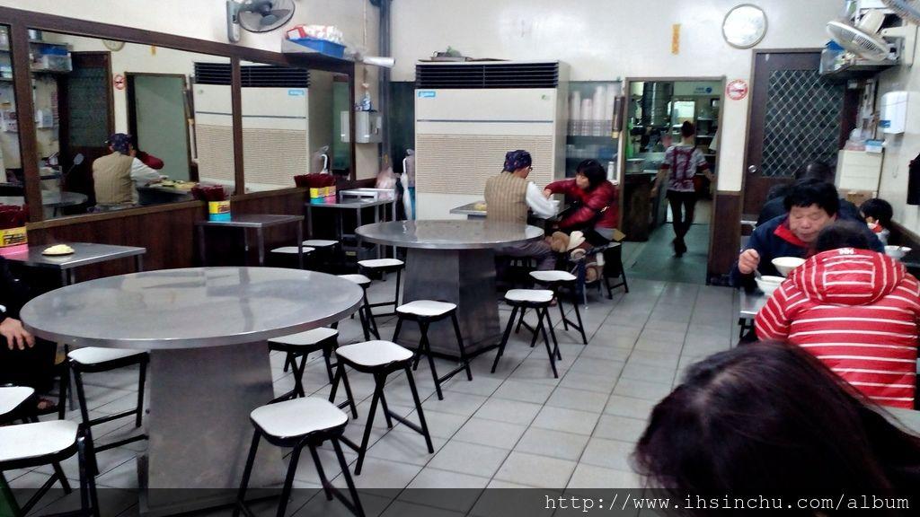 新竹宵夜和味清粥小菜地址新竹市北區長安街36號,營業時間從傍晚5點到凌晨3點,是新竹人推薦常去吃的新竹消夜首選之一喔