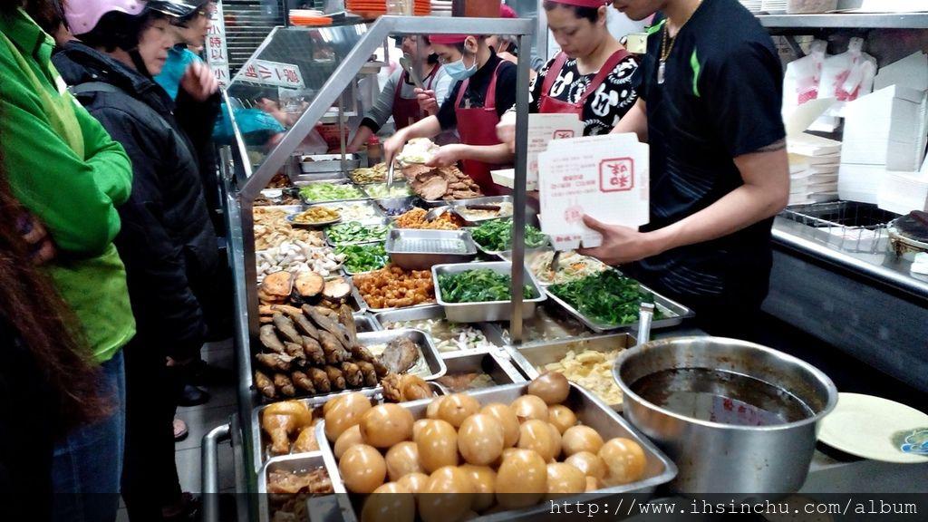 新竹城隍廟小吃林立,和味清粥小菜卻能在此開業數十年,主打的就是和味清粥小菜價錢便宜,通常一個大人隨便亂點,$100元以下都可吃到飽,可以點的家常菜有一班青菜、魚及肉類,一堆人順便裝個便當第二天可以帶到公司去吃,超級便宜又大碗又好吃又平價。
