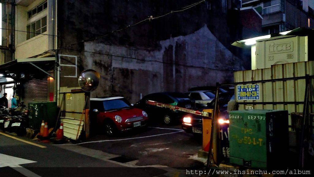 來新竹和味清粥小菜吃宵夜要找停車位不容易,附近民間停車場絕對一位難求,距離約1公里左右的新竹公立府後街地下停車場位置多。 新竹府後街地下停車場地址:300新竹市北區府後街42號