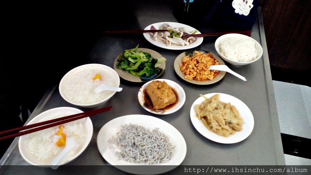 這是來和味清粥吃消夜,點的有魯豆腐、筍子、番茄炒蛋、花椰菜、魷魚、小魚,再搭配地瓜稀飯,比起大魚大肉豪華美食餐廳,這些小菜真是人間美味。