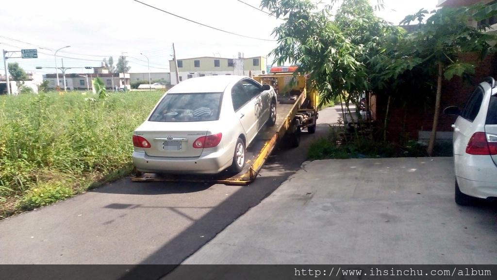 再新竹泳倫修車的同時,一台拖吊車拖了一台豐田Toyota Artis來來修理,聽說這台Artis的傳動軸壞了,原來泳輪汽車還提供汽車道路救援服務,新竹地區拖吊車費用約$1500