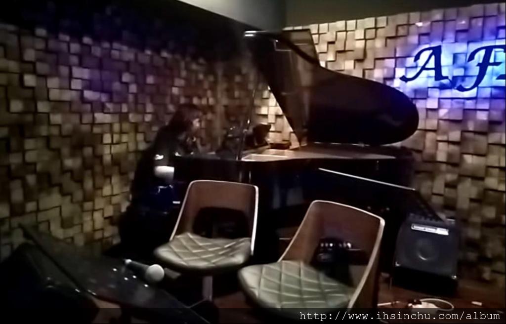 黃致列彈鋼琴的餐廳