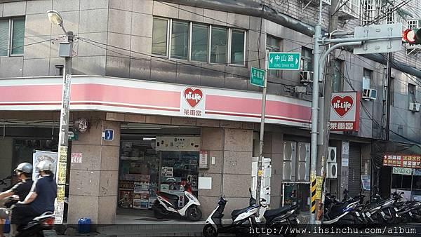 新明牛肉麵的招牌滿台灣都是, 但是吃來吃去, 味道正宗道地的卻只有這一家,民國42年創業, 那時我都還沒出生呢! 台灣剛光復的時候, 感覺很遙遠。
