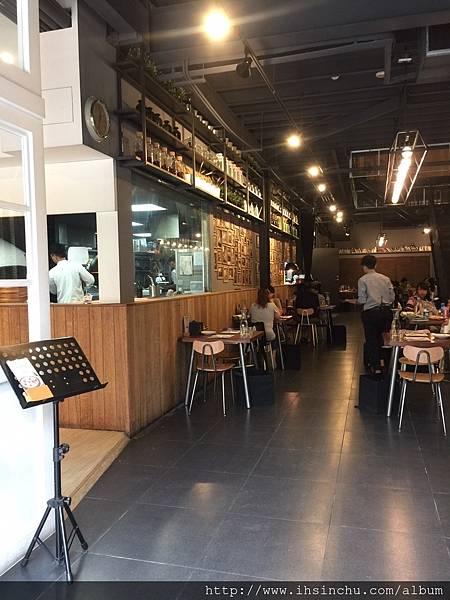 薄多義-店內走道店內裝潢是現在最熱門的工業風格~  簡單的木質桌椅,素色地板,黑灰色鋼構建築城的天花板和投射燈光,都配合得恰到好處
