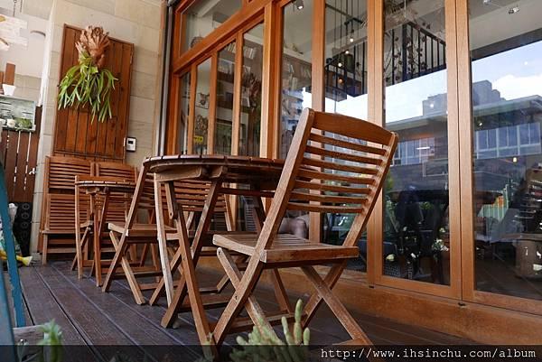 木質地板 區隔出的半戶外式座位區