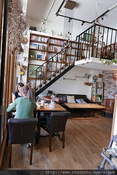 整體裝潢中最特別的就是擁有一個精緻的樓中樓~ 超符合整體感的搭配!少了它便會遜色不少~