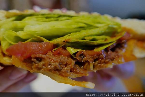 墨西哥牛肉帕尼尼$NT210  裡面有滿滿生菜/番茄和充滿墨西哥肉醬製成的牛肉餡料  外表烤得酥脆搭配餡料一口滿滿的墨西哥香料味~不會過鹹也不油膩