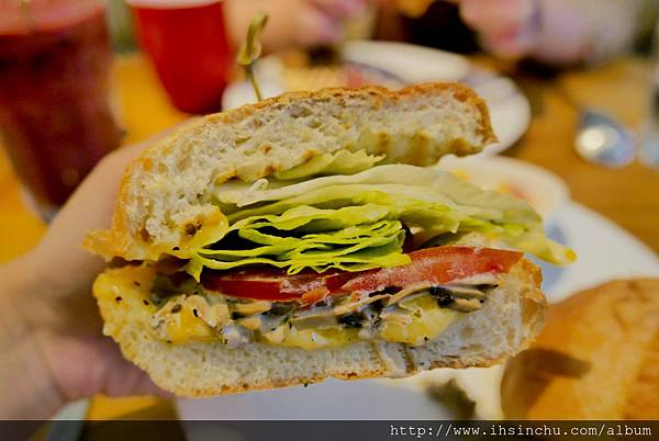 田園奶油蘑菇巧巴達$NT220  巧巴達是一種義式麵包,表皮非常酥脆~麵包體屬於較Q彈的麵包  裡面一樣有滿滿生菜/番茄和奶油起司磨菇熬煮成的餡料,也充滿濃濃義式香料的香氣